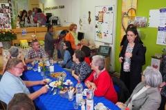 Anregende Gespräche zwischen Gästen und Gastgebern.